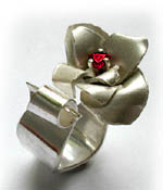 Flower ring with garnet